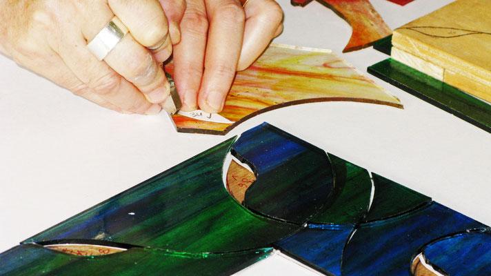Il vetro diventa Mosaico. Taglio del vetro. Lavoro di Beatrice Morello.