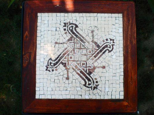Tavolo con mosaico, creato tramite la tecnica indiretta. Foto di Giorgia Palombi