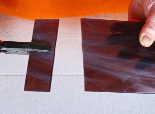 La lastra in vetro viene spezzata per ricavarne un listarello. Foto di Oriana Tenaglia