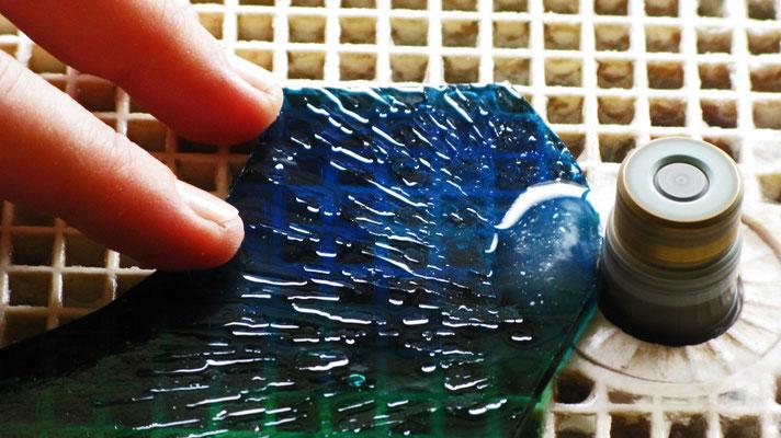 Il vetro diventa Mosaico.Taglio dei pezzi in vetro. Lavoro di Beatrice Morello.