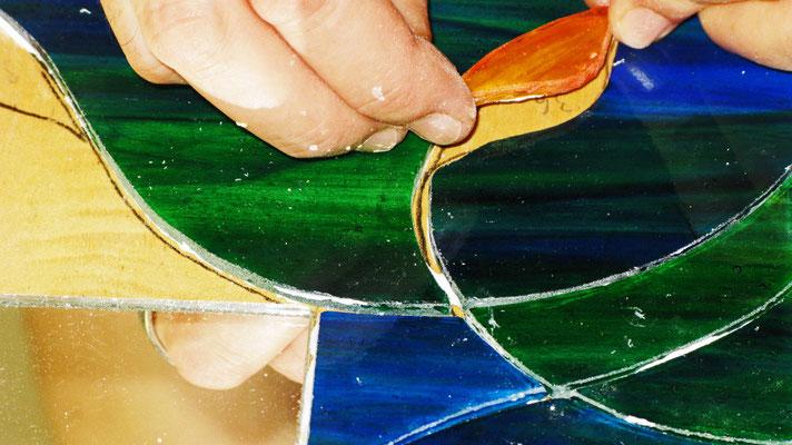 Il vetro diventa Mosaico. Posizionamento dei pezzi in vetro. Lavoro di Beatrice Morello.