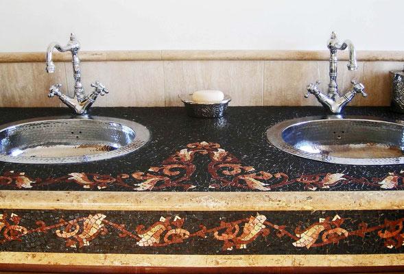 Piano lavabo in mosaico, creato tramite la tecnica indiretta. Foto di Giorgia Palombi