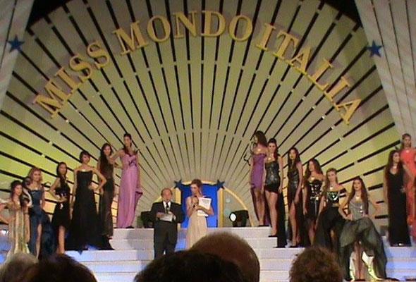 Miss Mondo 2010 Giada Pezzaioli. Abito di Maddalena Triggiani, stilista ufficiale dell'evento