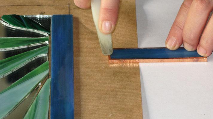 LA TECNICA TIFFANY. Step 5: Utilizzare una stecca di legno/plastica per fare aderire il nastro di rame sul vetro
