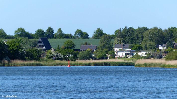 Gemeinde Brodersby - Goltoft / Blick von der Schleifähre auf den Ortsteil Knös
