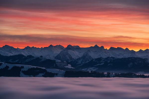 Kleiner und Grosser Mythen bei Sonnenuntergang über dem Nebelmeer