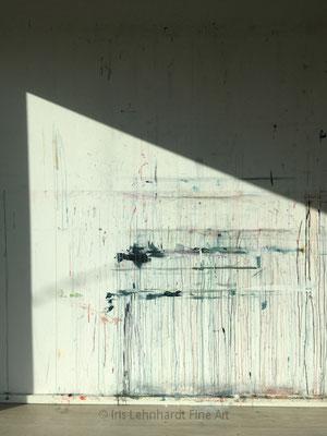 Atelierwand im Sonnenlicht.