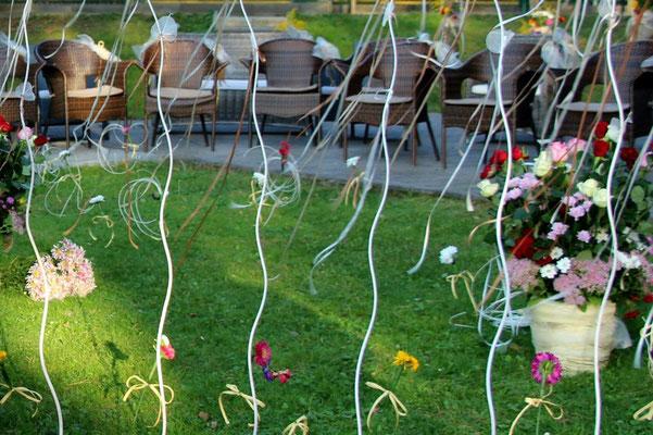 Оформлення виїзної церемонії квітами, стрічками та іншими милими душевними дрібницями