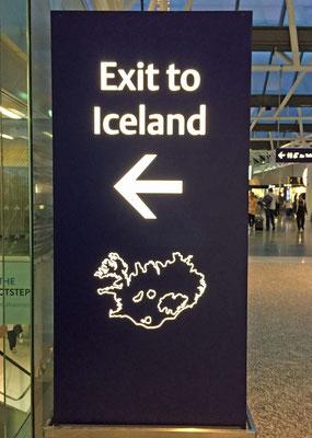 Als wir auf dem Flughafen ankommen, empfangen uns Herr Mayer, der Cruise Director, und Frau Hellmann, die Hostess. Wir werden mit einem kleinen Bus nach Reykjavik gefahren.
