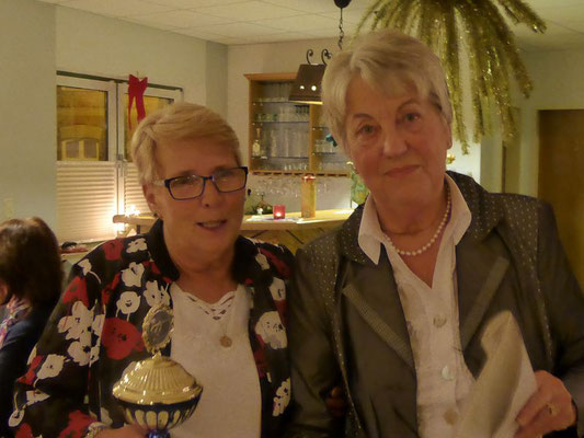 Damensportleiterin Hannelore Mosel mit Jahresbeste Luftgewehr Auflage Heike Geß