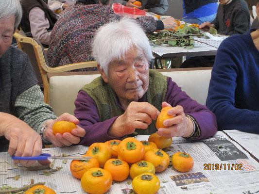 もいできた柿はみんなで剥いて干し柿を作ります(^o^)