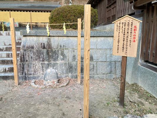 この石にめがけて厄玉を割るのですがなかなかむずかしく、壁に当たってわれました(^^;