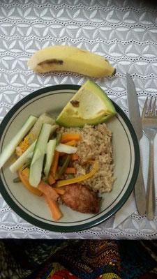 fried chicken, Pilaw, Bohnen, Möhren, Gurke, Kochbanane, Avocado und Banane