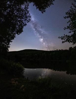 Milchstraße spiegelt sich in einem See bei Sankt Martin