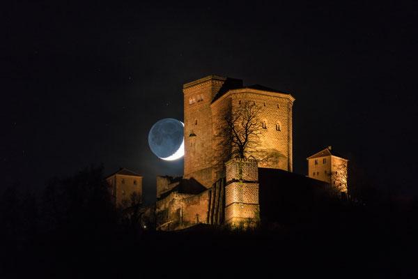 Monduntergang hinter der Burg Trifels