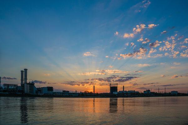 BASF kurz nach Sonnenuntergang