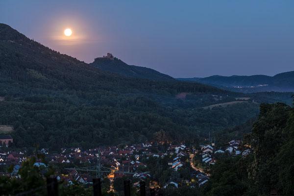 Vollmonduntergang hinter Burg Trifels mit Blick auf Albersweiler
