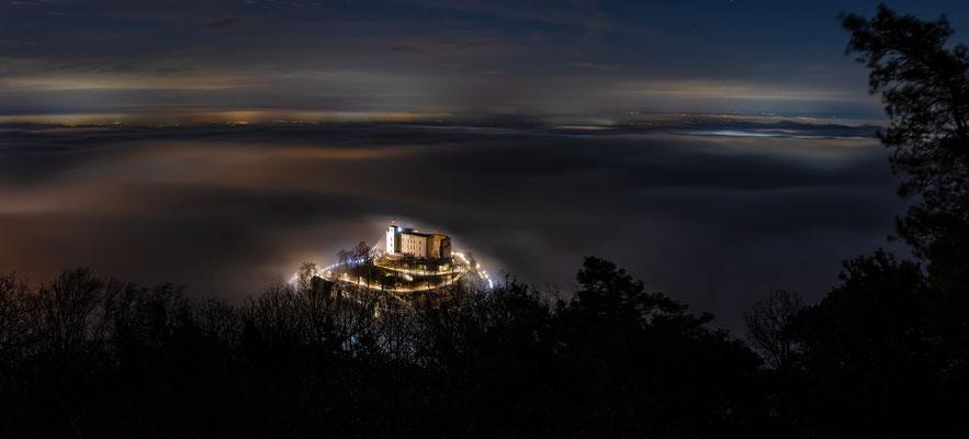Sühnekreuz über nächtlichem Nebel
