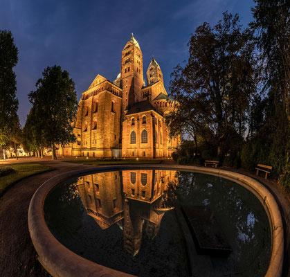 Spiegelung des Speyerer Doms im Brunnen