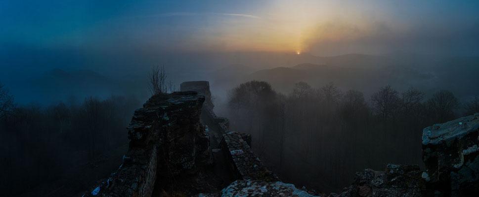 Nebliger Sonnenaufgang an der Wegelnburg