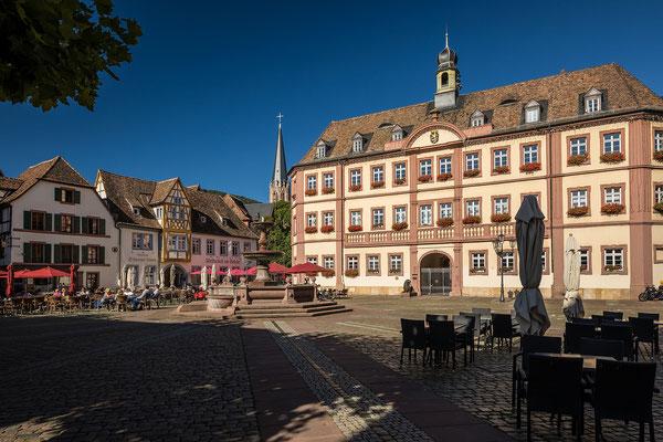 Marktplatz in Neustadt mit Rathaus
