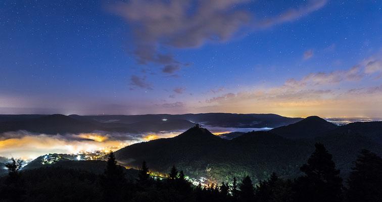 Erste Morgendämmerung über Annweiler und Trifels