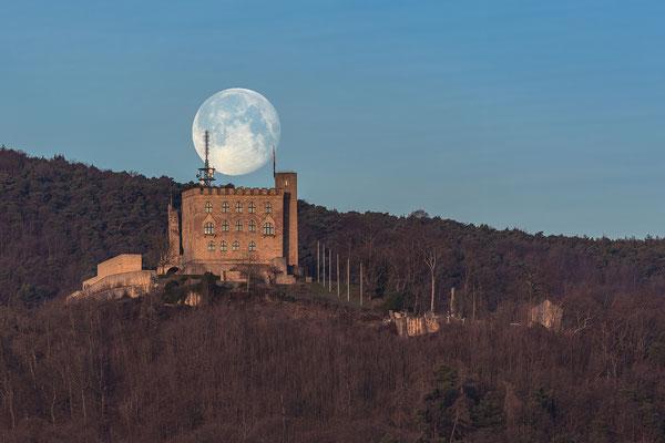 Vollmonduntergang hinter Hambacher Schloss und Kalmit