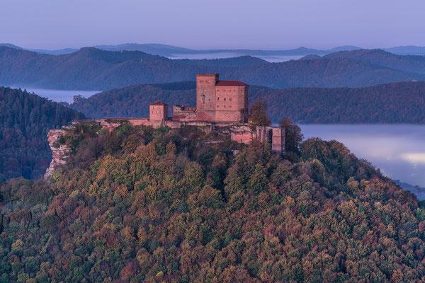 Burg Trifels im frühen Dämmerlicht
