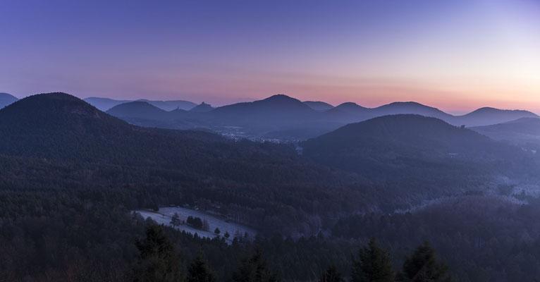 Blick über den Pfälzerwald an einem kalten Wintermorgen