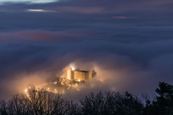 Morgennebel umspült das Hambacher Schloss