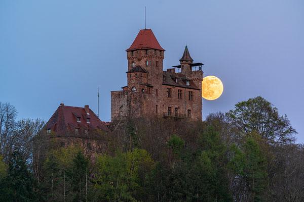 Vollmondaufgang hinter der Burg Berwartstein