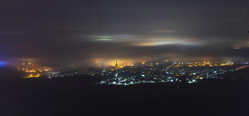 Maikammer unter einer dünnen Nebelschicht