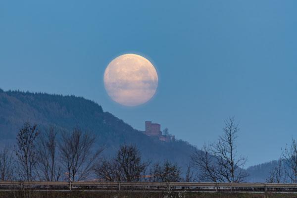 Monduntergang hinter dem Trifels