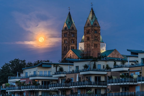 Vollmonduntergang hinter dem Speyerer Dom