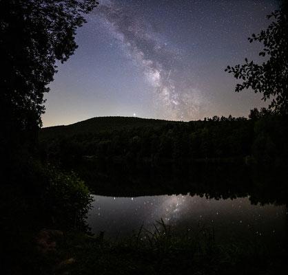 Milchstraße und Sternschnuppe an einem See bei Sankt Martin