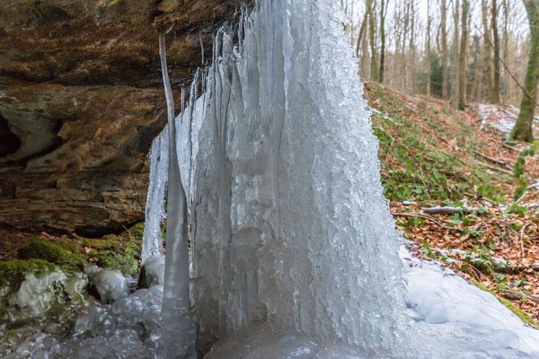 Blicke hinter den gefrorenen Wasserfall