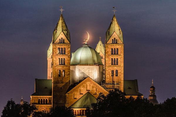 Sichelmond hinter dem Speyerer Dom