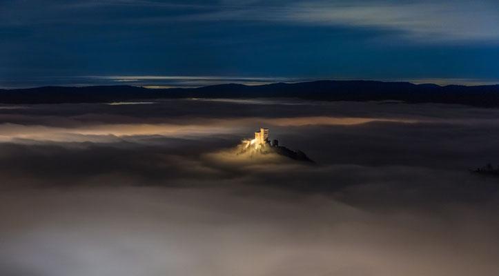 Zauberhafte Winternacht am Rehbergturm mit Blick auf den Trifels