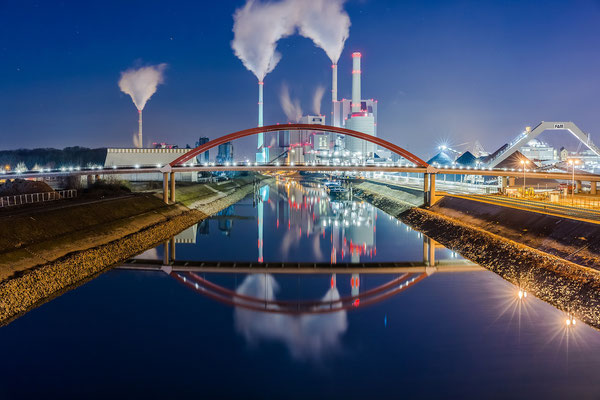Großkraftwerk Mannheim, Nachtaufnahme, 20 x 30 cm, Acryl, Hängung: Aluminiumschiene, 70 €