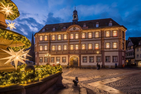 """Rathaus von Neustadt als """"Adventskalender"""""""