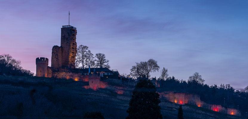 """Ruine Wachtenburg im besonderen Licht der """"Rosa Wochen"""" zur Mandelblüte"""