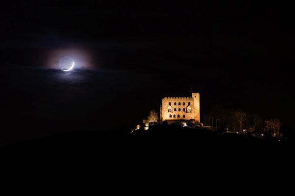 Sichelmond hinter dem Hambacher Schloss
