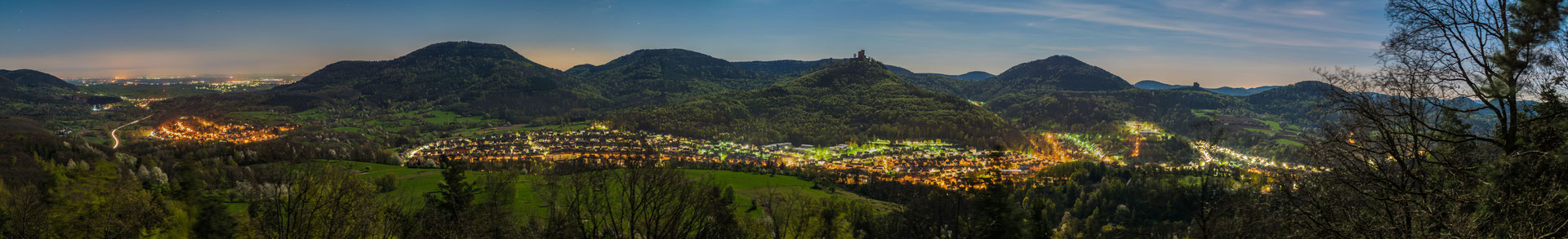 Überblick über das Queichtal, Annweiler und Trifels bei nächtlichem Vollmond