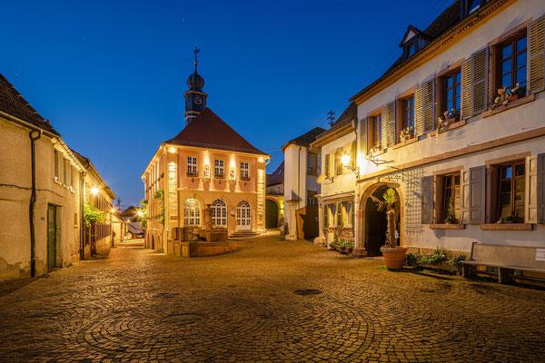 Rathaus von Hambach in der Blauen Stunde