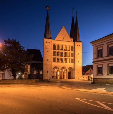 Blaue Stunde an der Geinsheimer Kirche