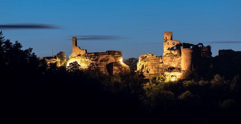 Burg Altdahn in der Blauen Stunde