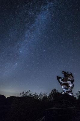 Die Milchstraße über der Ruine Drachenfels