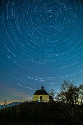 Langzeitbelichtung des Sternenhimmels auf der kleinen Kalmit
