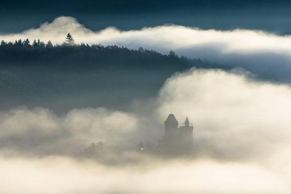 Burg Berwartstein im Morgennebel