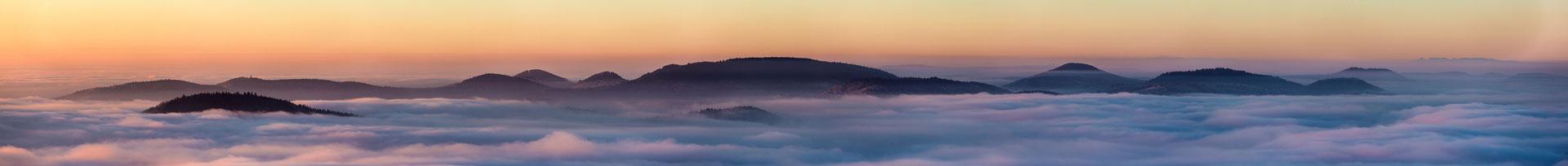 Weitsicht über dem Nebel